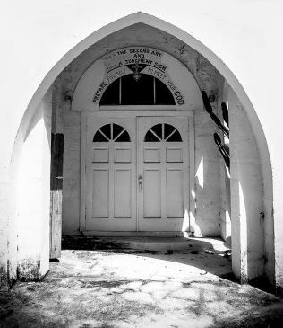 photo of doorway of closed church in Crescent City, FL
